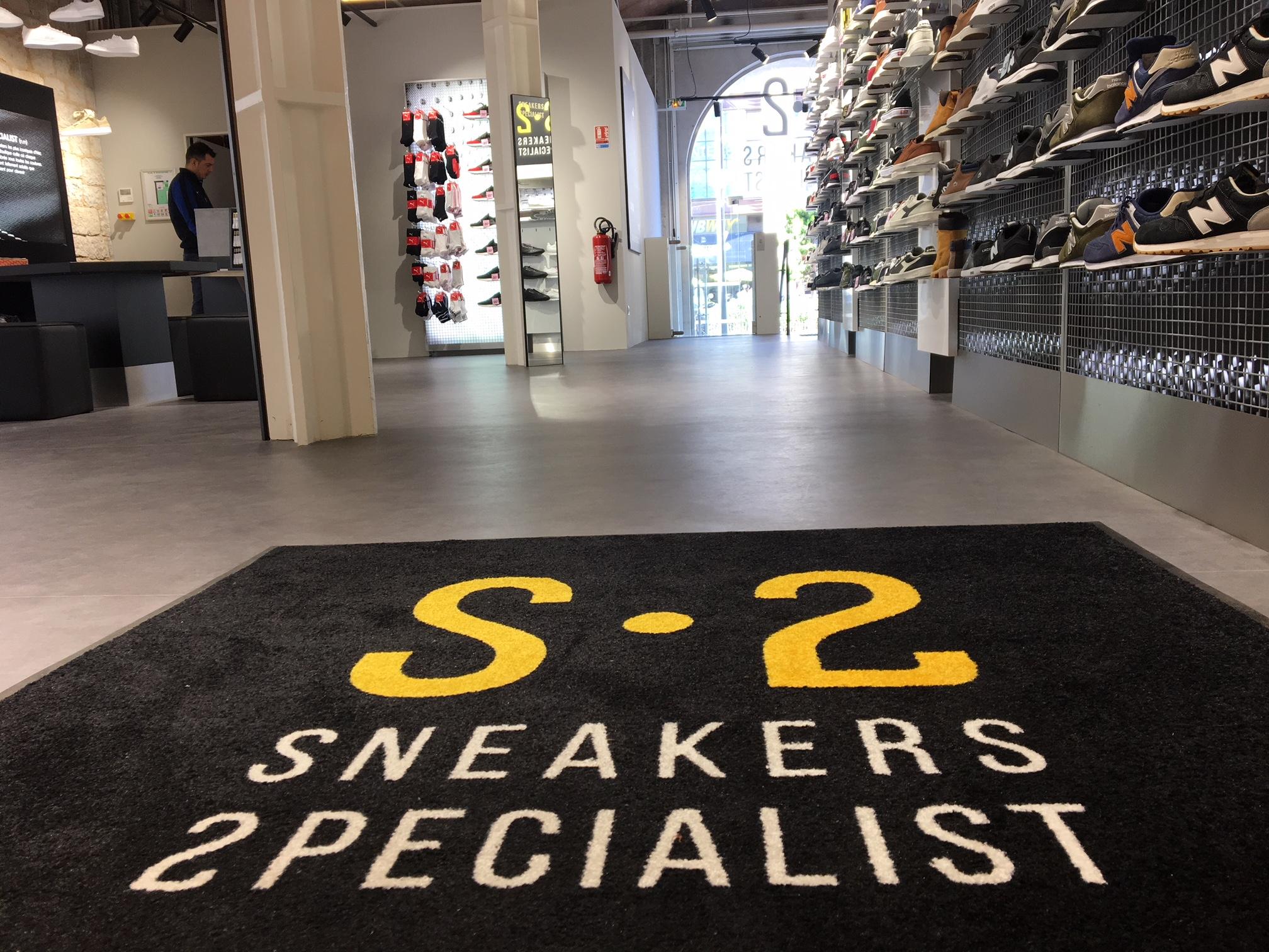Surfant sur l engouement sans cesse plus grand des français pour les baskets  et sneakers, l enseigne de distribution Sport 2000 a lancé une chaîne de ... 72e740d24ec2