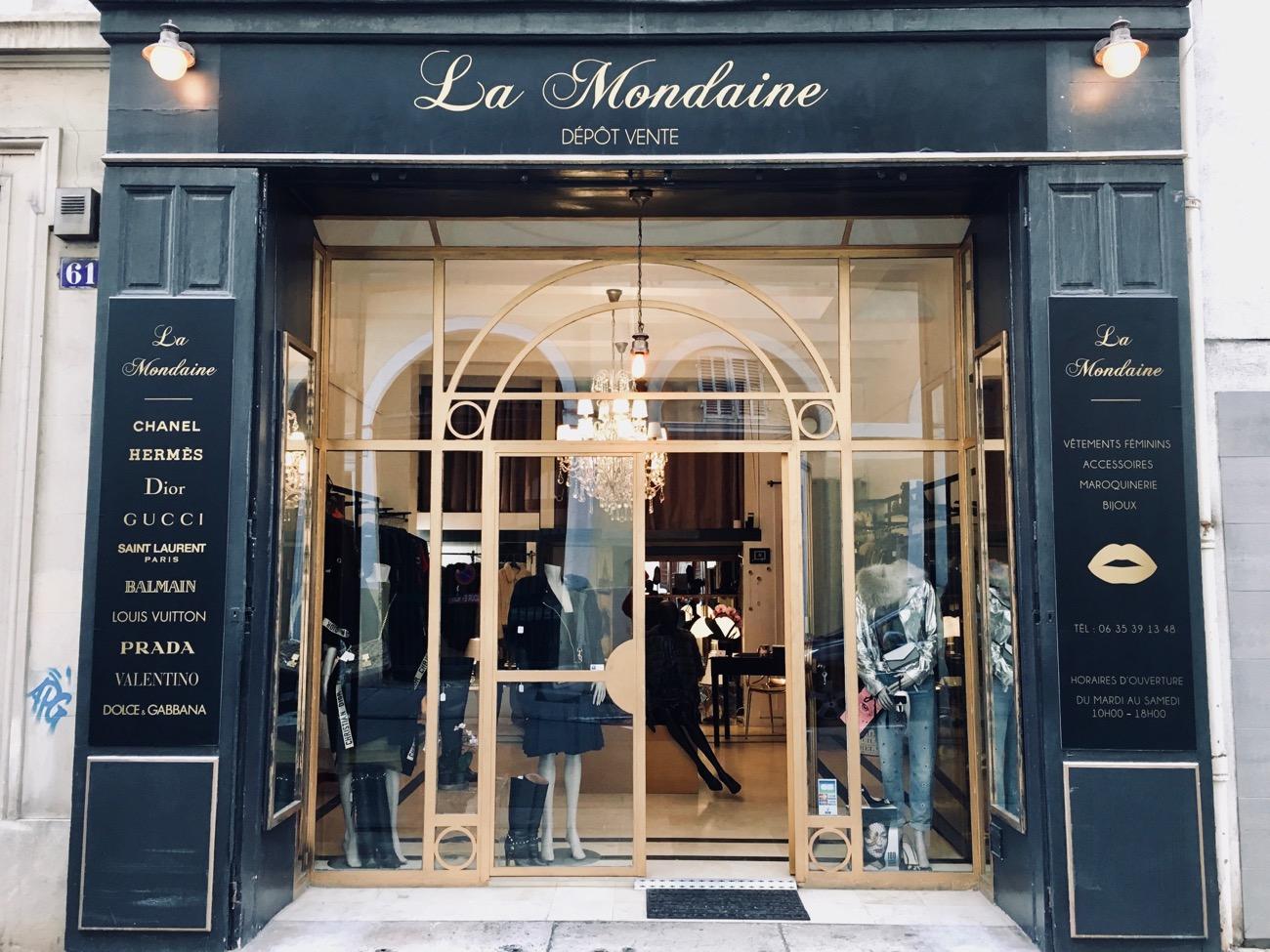 24b8b09a81 Tout ce qui fait la mode féminine est présent dans la boutique :  accessoires (sacs, gants, lunettes écharpes, chaussures), manteaux,  fourrures, robes, ...