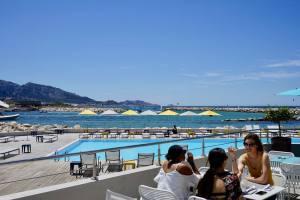 Les Bains, restaurant de bord de mer à Marseille (terrasse)