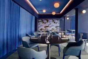 Les Bains, restaurant de bord de mer à Marseille (salle)