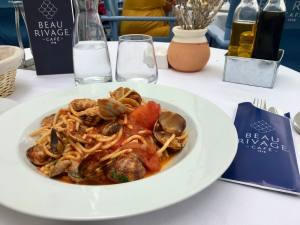Beau Rivage, café, bar et Restaurant sur le Vieux Port à Marseille (spaghettis aux clovisses)