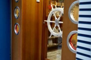 Les Sablés de Marseille, biscuit makers (doors)