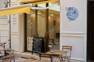 Pain à l'ail, sandwiches, Marseille (shop front)