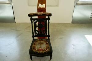 Le grand dépotoir, exposition de Julien Blaine à la Friche Belle de Mai (prie dieu)