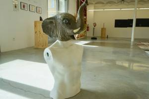 Le grand dépotoir, exposition de Julien Blaine à la Friche Belle de Mai (sculpture)