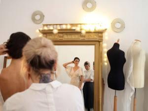 Alma Real, créatrice de robes de mariées à Marseille (essayage)