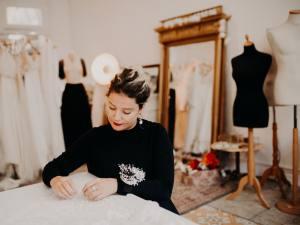 Alma Real, créatrice de robes de mariées à Marseille