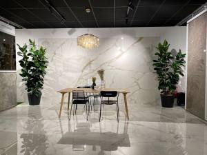 Carré créatif, showroom de vente de carrelages et élément de décoration à Marseille (effet marbre)