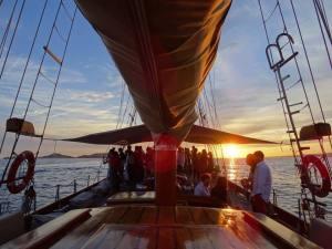 Le Don du vent, croisières et événements à quai sur un voilier de tradition à Marseille (cocktail sunset)