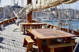 Le Don du vent, croisières et événements à quai sur un voilier de tradition à Marseille (pont en bois)