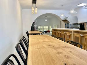 Mama Spice: restaurant, parfumerie d'épices et ateliers culinaires, dans le quartier des Antiquaires à Marseille (tables)