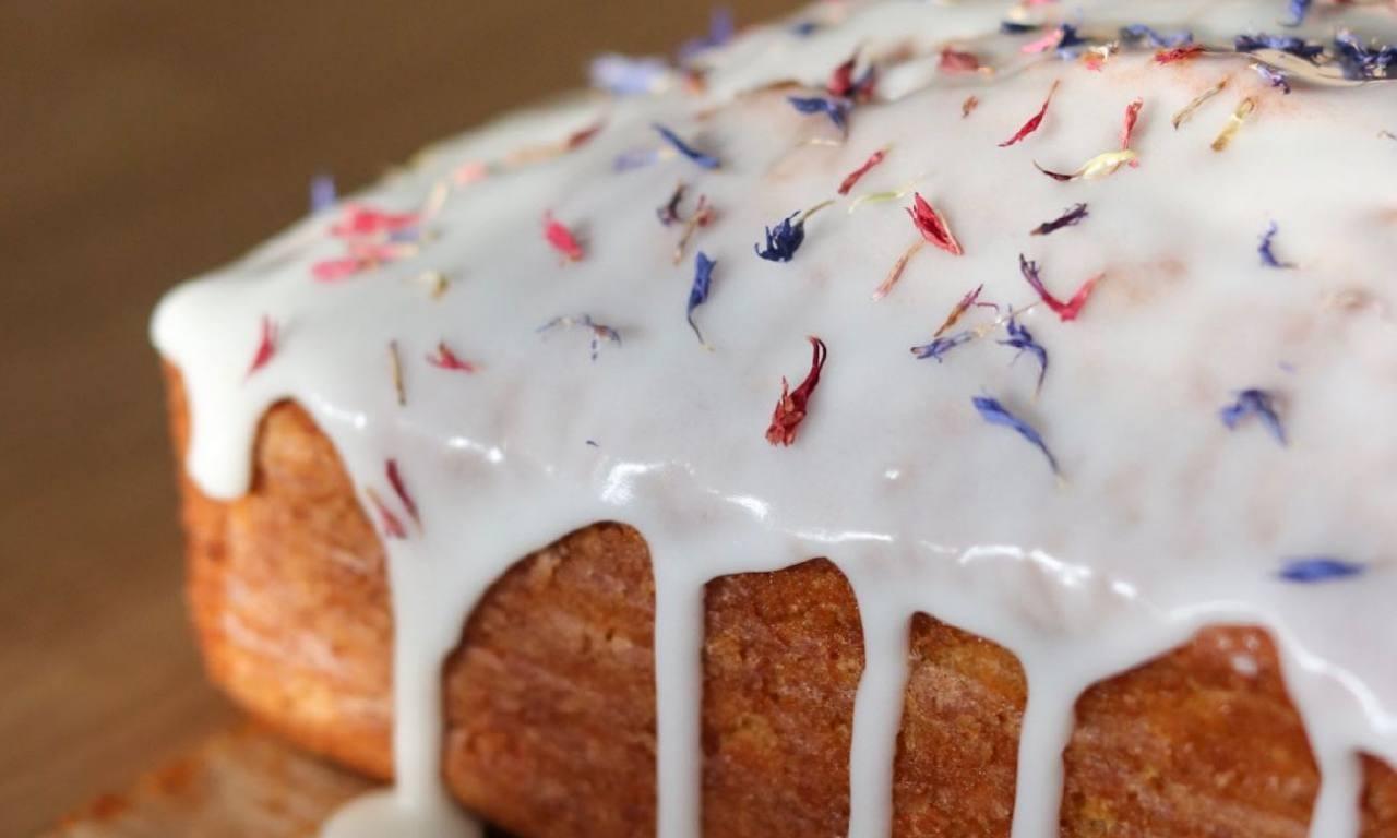 Aux Voisins: pâtisseries, plats cuisinés et service traiteur végétarien et vegan (nappage carrot cake)
