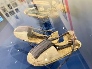 Vêtement modèle, exposition autour de 5 vêtement icônique de la mode au Mucem à Marseille (espadrille)
