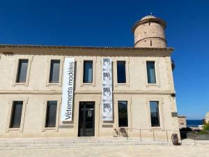 Vêtement modèle, exposition autour de 5 vêtement icônique de la mode au Mucem à Marseille (salle d'exposition)