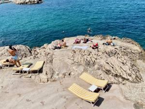 Tuba Club, restaurant et bar de plage dans le village des Goudes à Marseille (rochers)