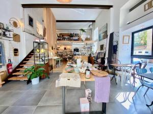 Bloomdrops, eco-responsible teashop and gift shop in Marseille (the interior)