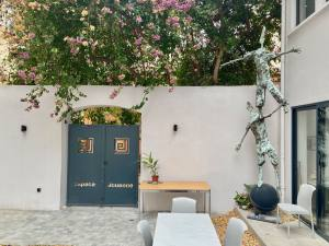 Espace Jouenne: galerie, espage de coworking et de séminaires, location logements à Marseille (cour))