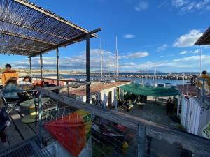 Thalassanté, incubateur de projets solidaires dans un village de containers dan sle port de l'Estaque (vue mer)