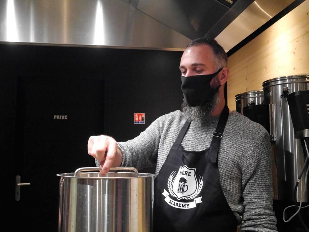 La Bière Academy, bar à bières artisanales et cave à bières à Marseille : Antoine anime un atelier de brassage