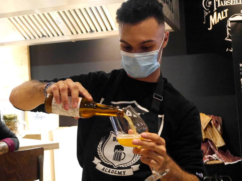 La Bière Academy, bar à bières artisanales et cave à bières à Marseille : Killian anime une dégustation