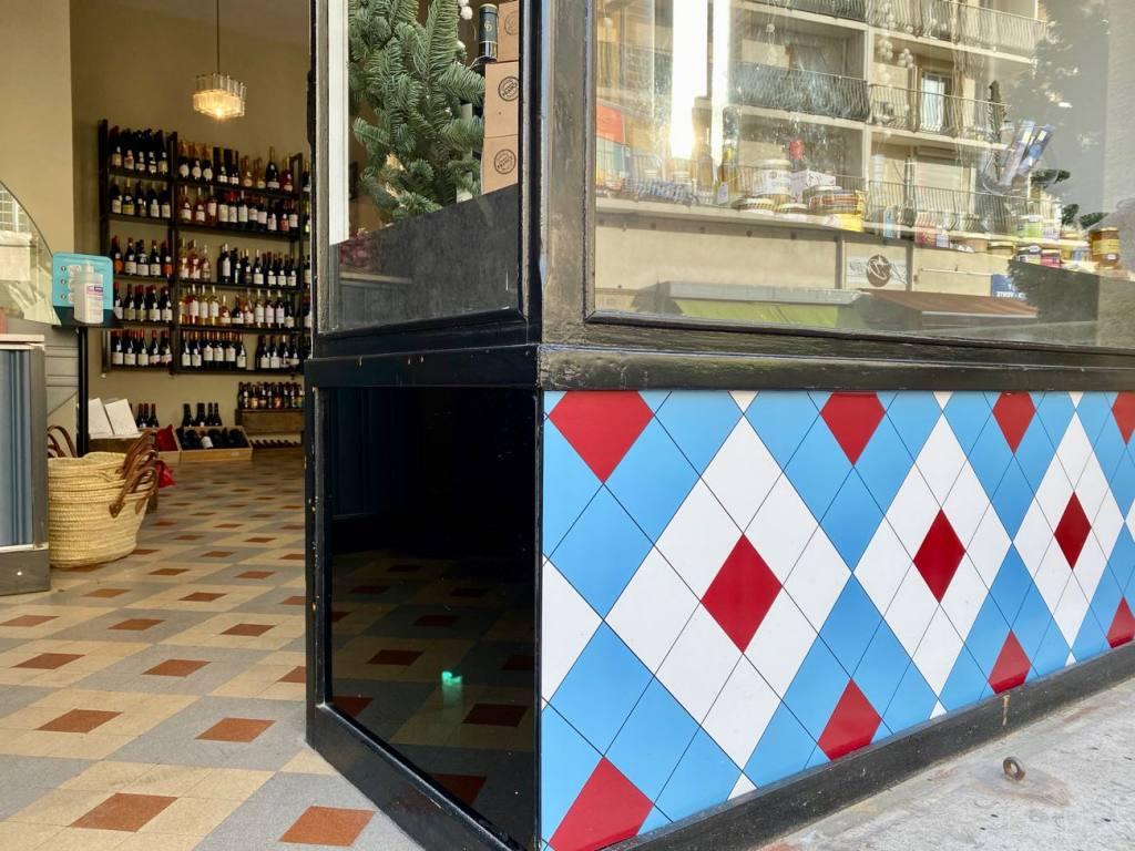L'audacieux, wine cellar in Marseille (window)