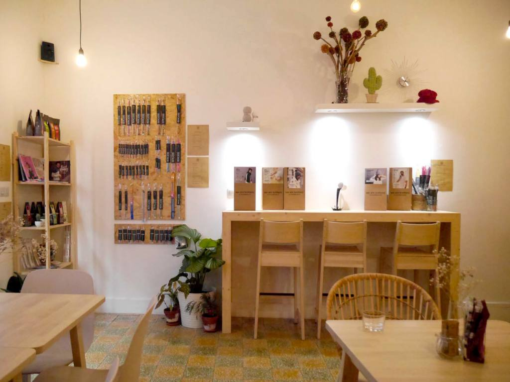 Le Fil en Trop, café tricot à Marseille (tables hautes)