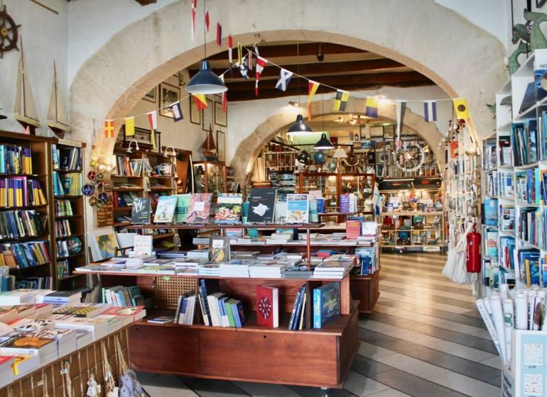 La Cardinale, librairie maritime sur le Vieux-Port de Marseille (interieur)