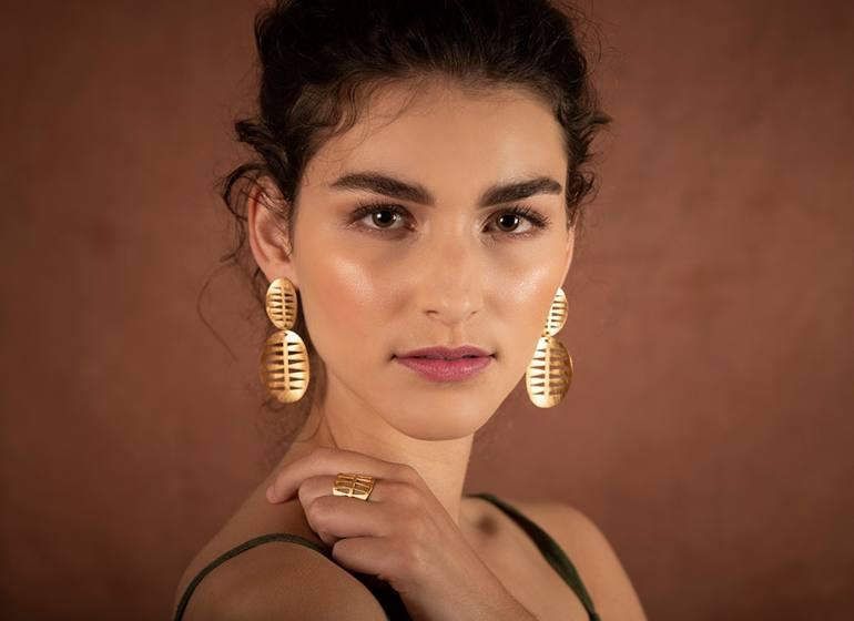 Sibylle Flouret, créatrice de bijoux à Marseille : boucles d'oreilles et bague