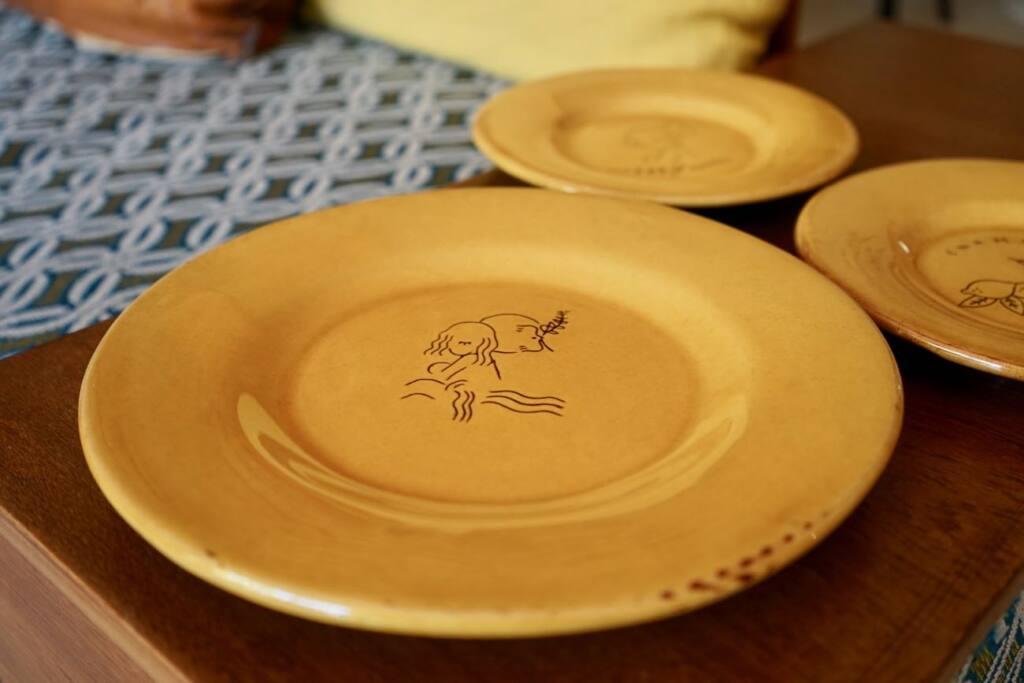 Enamoura, maisons d'hôtes en provence et collection d'objets de décoration artisanaux (Assiettes Frank Lebraly)