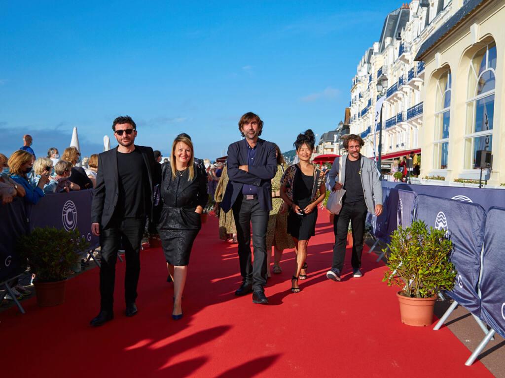 Dorothée Sebbagh, réalisatrice à Marseille, avec son équipe au festival de Cabourg pour Malmousque