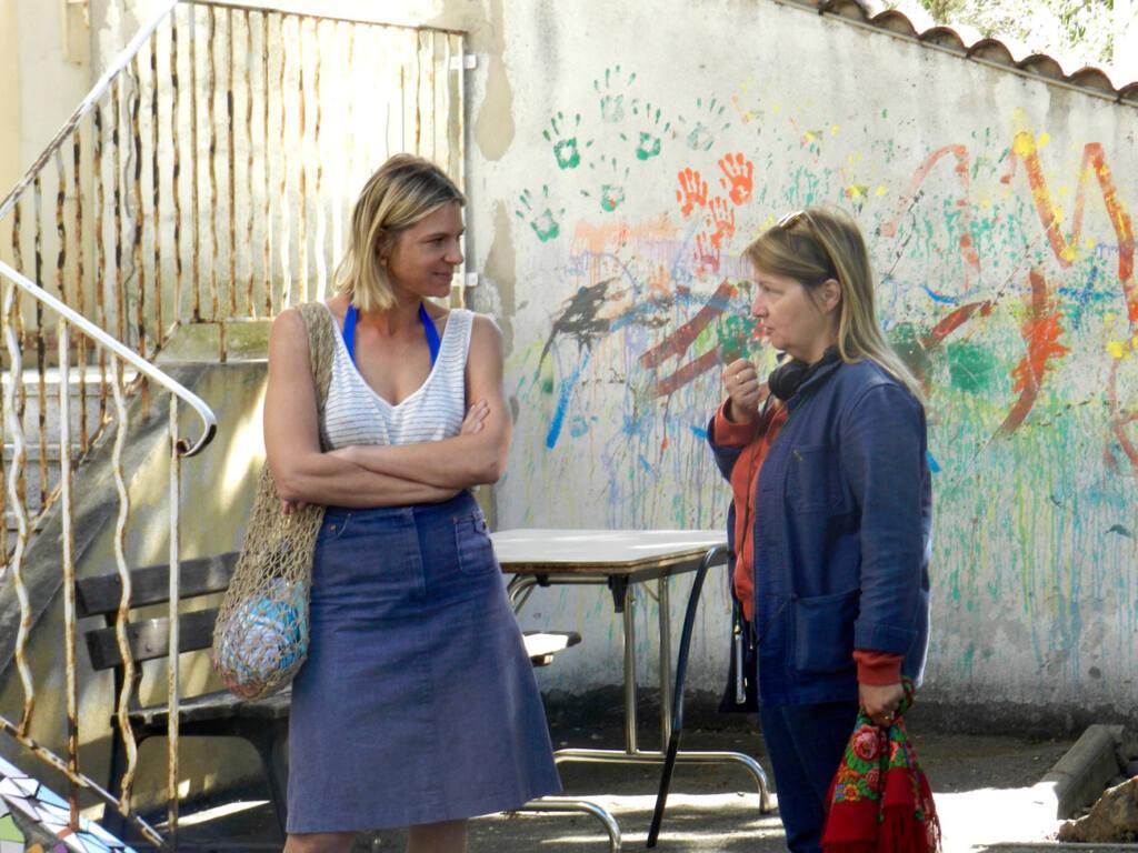 Dorothée Sebbagh, réalisatrice à Marseille, sur le tournage de Malmousque avec Sophie Cattani