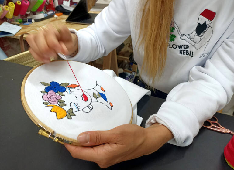 La French Pique, embroidery in Marseille : Johanna embroidering